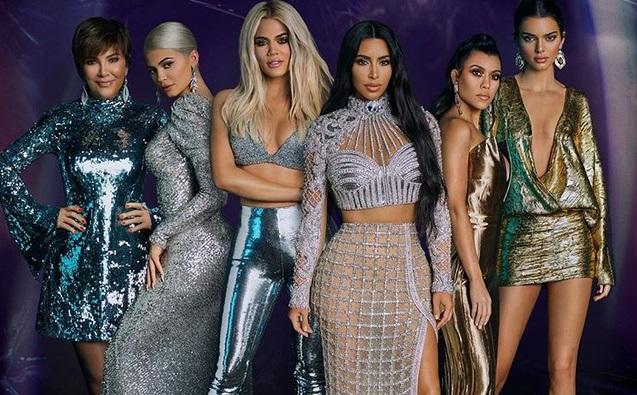 https: img.okezone.com content 2019 08 04 194 2087505 5-potret-keluarga-kardashian-jenner-yang-hobi-foto-bugil-lYuZPIjDUL.jpg