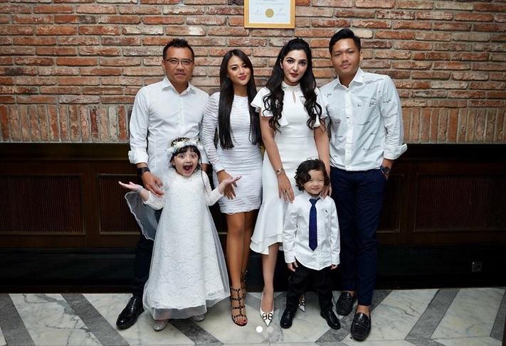 https: img.okezone.com content 2019 08 04 196 2087510 5-potret-kompaknya-keluarga-asix-keluarga-lain-bisa-tiru-nih-eu1NI0p3ar.jpg