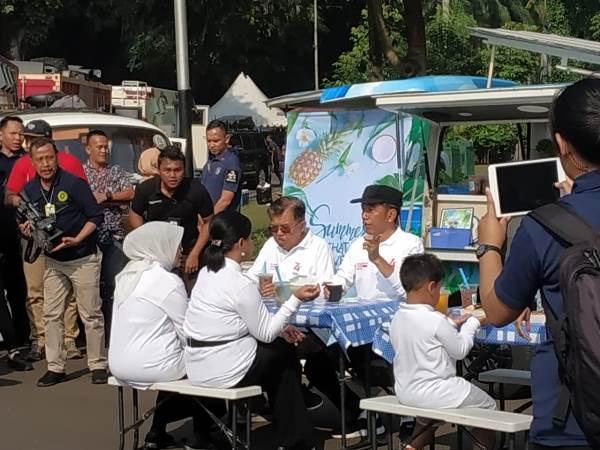 https: img.okezone.com content 2019 08 04 337 2087433 di-acara-family-gathering-menteri-jokowi-galang-donasi-untuk-korban-gempa-banten-CZdYrIZs2R.jpg