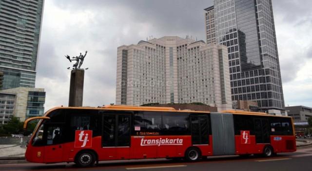https: img.okezone.com content 2019 08 05 338 2087734 tahun-depan-transjakarta-hapus-sistem-pembayaran-tunai-di-dalam-bus-y6nGEbg9NJ.jpg