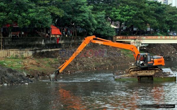 https: img.okezone.com content 2019 08 05 338 2087770 pemprov-dki-keruk-sejumlah-kali-cegah-banjir-saat-musim-hujan-xRHOykhmzo.jpg