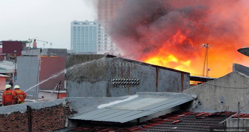 https: img.okezone.com content 2019 08 05 338 2087781 petugas-damkar-masih-berjibaku-padamkan-api-di-johar-baru-5prNla61p9.jpg
