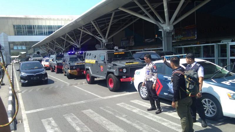 https: img.okezone.com content 2019 08 05 49 2087974 skuad-persija-jakarta-dikawal-ketat-di-bandara-makassar-SSWBmidbfC.jpg