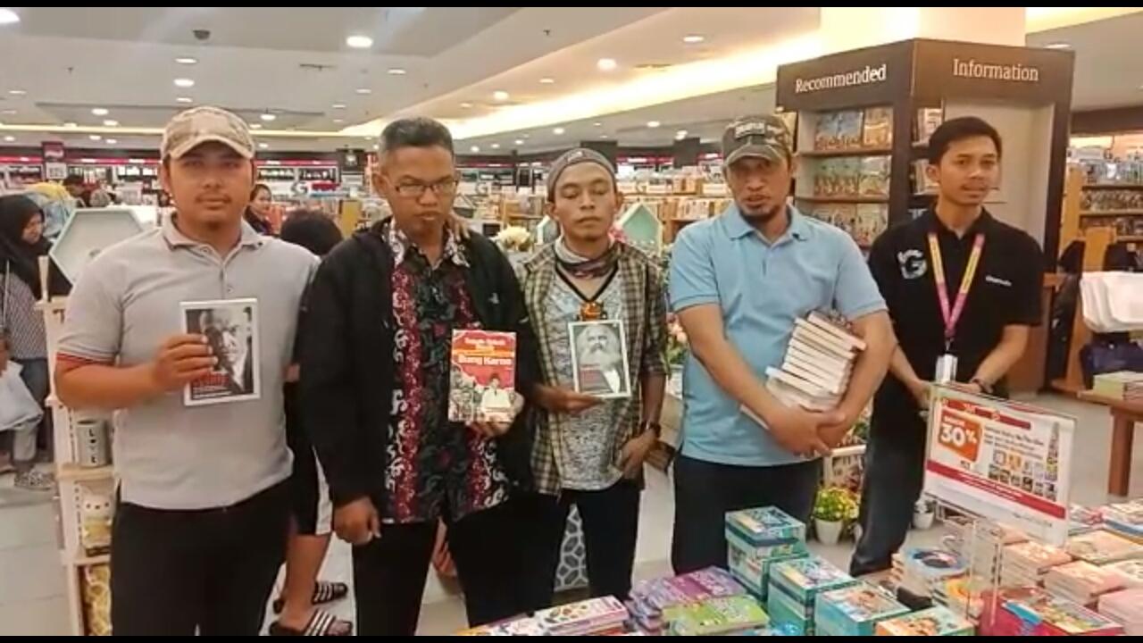 https: img.okezone.com content 2019 08 05 609 2087778 sekelompok-orang-razia-buku-berpaham-kiri-di-gramedia-makassar-43PAHOBSTN.jpg