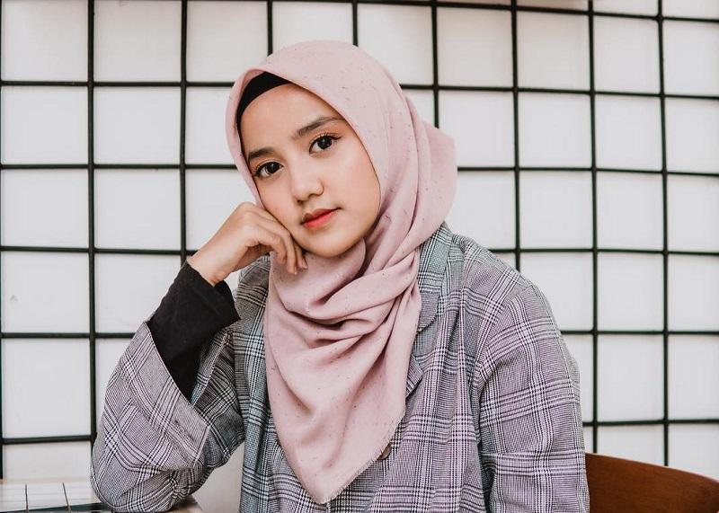 https: img.okezone.com content 2019 08 06 33 2088415 putri-yusuf-mansur-mesra-dengan-gus-azmi-netizen-anak-ustadz-pacaran-owEqJtabRC.jpg