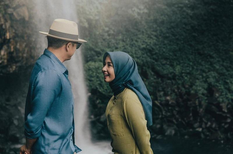 https: img.okezone.com content 2019 08 06 33 2088604 suami-laudya-cynthia-bella-bocorkan-tanggal-asli-pernikahan-mereka-Q7Z5chKXZA.jpg