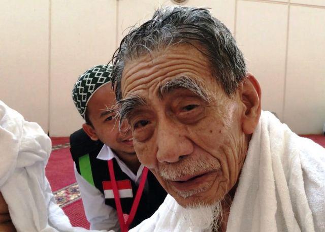 https: img.okezone.com content 2019 08 06 337 2088318 mbah-moen-akan-dimakamkan-di-makkah-atau-dibawa-pulang-ke-indonesia-RRbNExeJ60.jpg