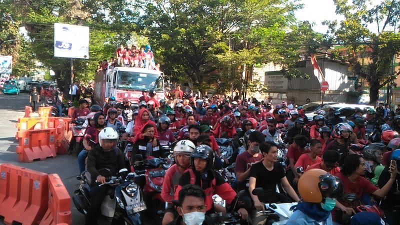 https: img.okezone.com content 2019 08 07 49 2088918 juara-kratingdaeng-piala-indonesia-skuad-psm-diarak-ribuan-suporter-Mlr55P0L9h.jpg