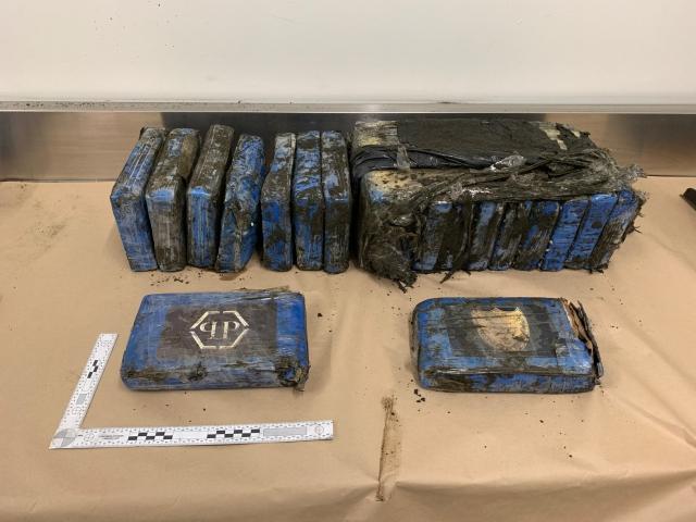 https: img.okezone.com content 2019 08 08 18 2089324 paket-kokain-bernilai-rp28-miliar-muncul-di-pesisir-pantai-selandia-baru-58xGX2wo2C.jpg