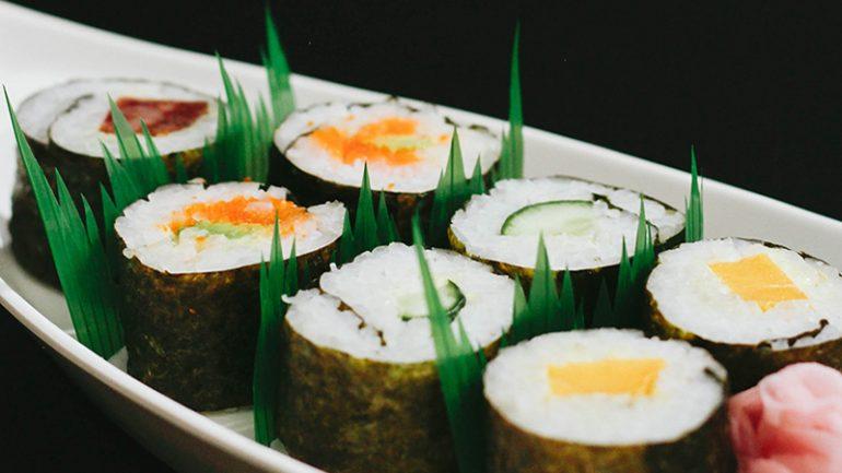 https: img.okezone.com content 2019 08 08 298 2089235 terungkap-ini-alasan-kenapa-ada-selipan-rumput-plastik-di-sushi-bungkusan-Wf4cEJOaWN.jpg