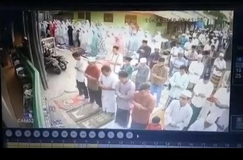 https: img.okezone.com content 2019 08 11 338 2090499 viral-salat-idul-adha-bubar-gara-gara-emak-emak-teriak-sapi-lepas-5HzRdFnYSV.jpg