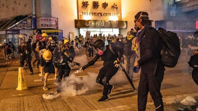 https: img.okezone.com content 2019 08 12 18 2090696 demonstran-dan-polisi-hong-kong-kembali-bentrok-di-sejumlah-lokasi-Kg9qk4aSrX.jpg