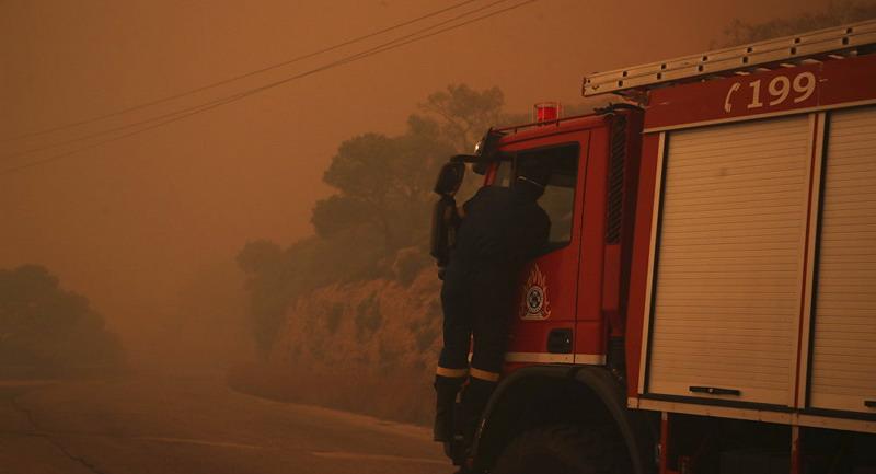 https: img.okezone.com content 2019 08 12 18 2090868 ratusan-pasukan-pemadam-dikerahkan-untuk-atasi-kebakaran-hebat-di-pinggiran-athena-TnByYA1U7l.jpg