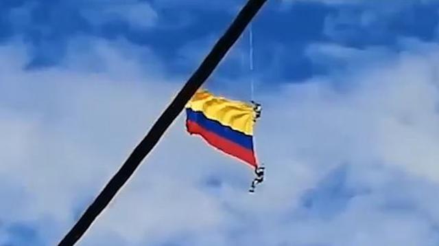 https: img.okezone.com content 2019 08 12 18 2090922 detik-detik-dua-prajurit-kolombia-jatuh-saat-kibarkan-bendera-menggunakan-helikopter-j9WTm2Gqtu.jpg