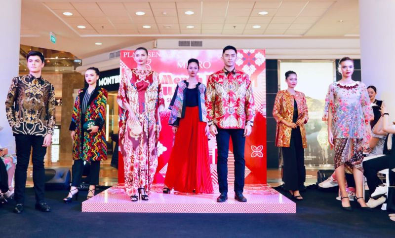 https: img.okezone.com content 2019 08 13 194 2091418 sambut-hur-ke-74-ri-metro-department-store-hadirkan-karya-poppy-dharsono-iNX3Lrt32E.jpg