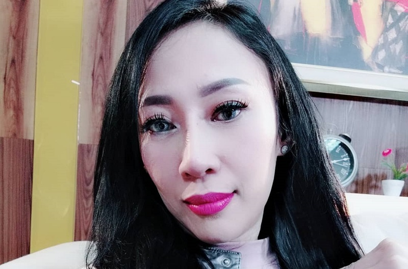 https: img.okezone.com content 2019 08 13 33 2091224 isu-kontroversial-dewi-sanca-hamil-2-kali-hingga-pamer-foto-syur-526D6S0Y0n.jpg