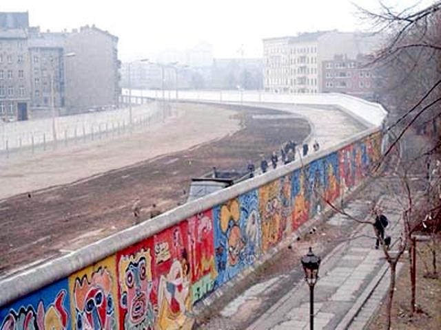 https: img.okezone.com content 2019 08 13 337 2091170 peristiwa-13-agustus-pembangunan-tembok-berlin-hingga-nisshoki-jadi-bendera-nasional-jepang-jfBkwLePrT.jpg