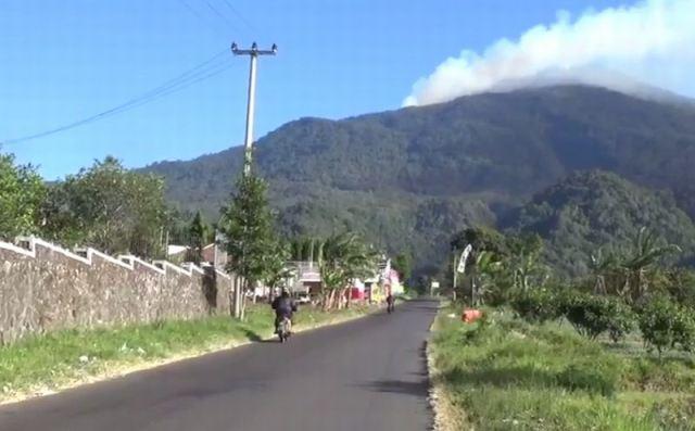 https: img.okezone.com content 2019 08 13 525 2091196 kebakaran-hutan-gunung-ciremai-meluas-hingga-500-hektare-pendakian-masih-ditutup-8Ry8CBvdDf.jpg