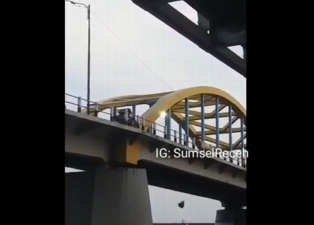 https: img.okezone.com content 2019 08 13 610 2091240 viral-pria-buang-sampah-ke-sungai-musi-pemkot-palembang-terancam-denda-rp200-juta-kit8uKrhJZ.jpg