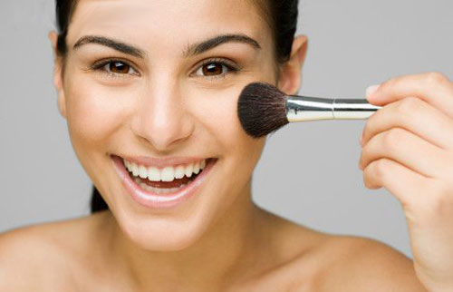 https: img.okezone.com content 2019 08 13 611 2091510 tips-makeup-memulas-cushion-dan-blush-on-agar-pipi-tidak-terlihat-chubby-nmifXGR6u3.jpg