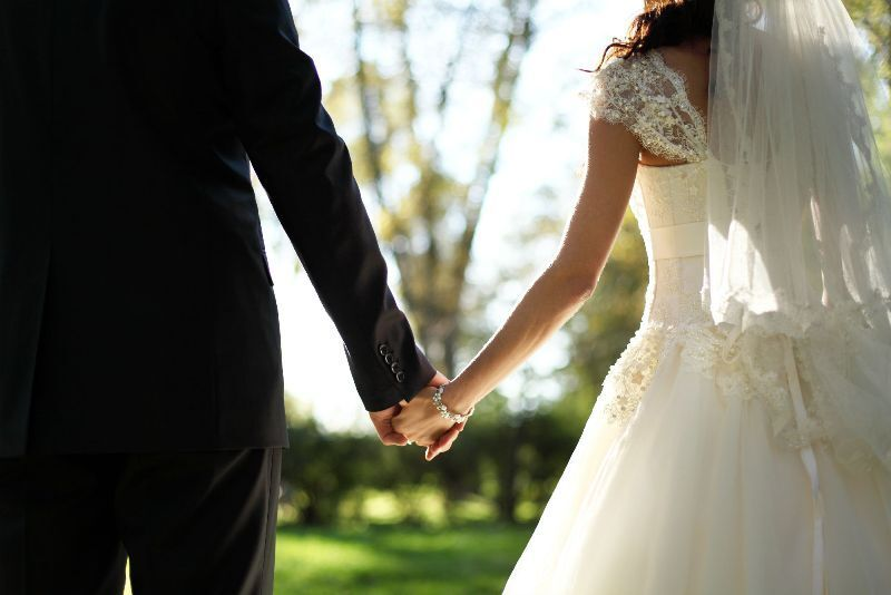 https: img.okezone.com content 2019 08 13 612 2091515 serunya-pernikahan-cantika-felder-senam-zumba-di-acara-resepsinya-M9Z54cR7HC.jpg