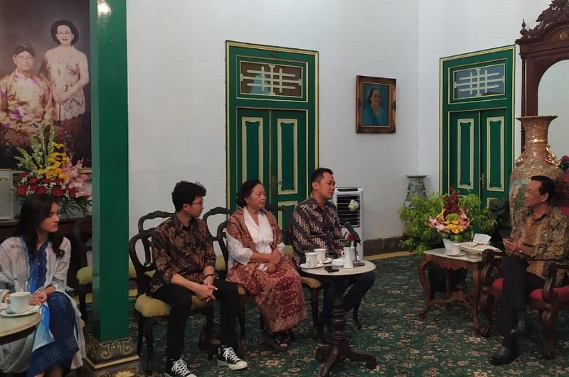 https: img.okezone.com content 2019 08 14 206 2091920 bertemu-hanung-sri-sultan-hb-x-ungkap-mimpi-bangun-sekolah-film-di-yogya-6bzdTZP8yN.jpg