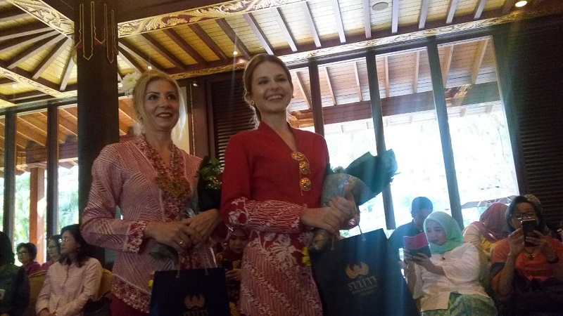 https: img.okezone.com content 2019 08 15 194 2092146 cantiknya-istri-para-dubes-luar-negeri-pakai-batik-merah-putih-di-catwalk-6mLK2BJqHN.jpg