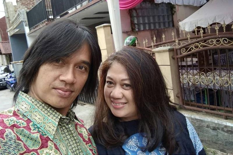 https: img.okezone.com content 2019 08 15 33 2092258 bikin-haru-istri-bagikan-foto-pernikahan-dengan-almarhum-agung-hercules-wcSd0ewzIq.jpg
