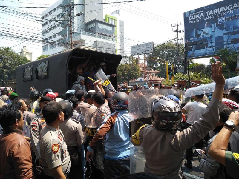 https: img.okezone.com content 2019 08 15 519 2092208 mahasiswa-papua-bentrok-dengan-warga-saat-demo-di-malang-ini-penjelasan-polisi-1NKgfyqE65.jpg