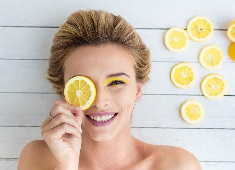 https: img.okezone.com content 2019 08 15 611 2092123 5-cara-lemon-buat-wajahmu-cantik-berseri-QeSr51Ngkx.jpg
