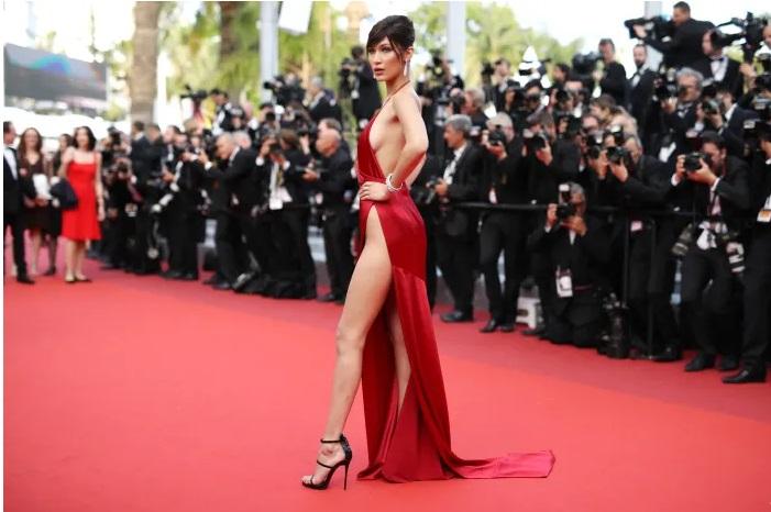 https: img.okezone.com content 2019 08 16 194 2092866 momen-celana-dalam-bella-hadid-mengintip-di-red-carpet-QZO5DV1LcB.jpg