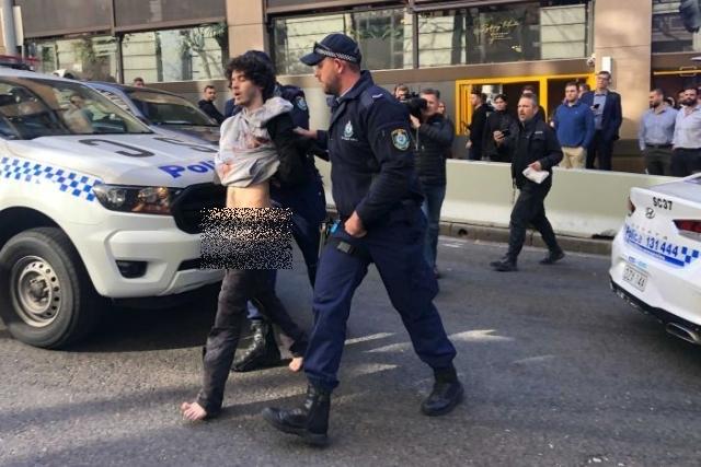 https: img.okezone.com content 2019 08 17 18 2093171 pengacara-penikam-wanita-di-kota-sydney-alami-sakit-jiwa-FdpJLcB69Q.jpg