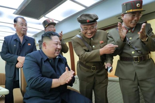 https: img.okezone.com content 2019 08 17 18 2093211 kim-jong-un-monitor-langsung-peluncuran-senjata-baru-korea-utara-Mcmkuk24MZ.jpg