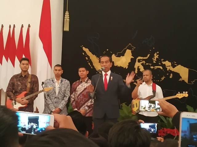 https: img.okezone.com content 2019 08 17 337 2093310 jokowi-ke-paskibraka-indonesia-dicontoh-negara-lain-karena-sikap-toleransi-g2DEGTvezx.jpg