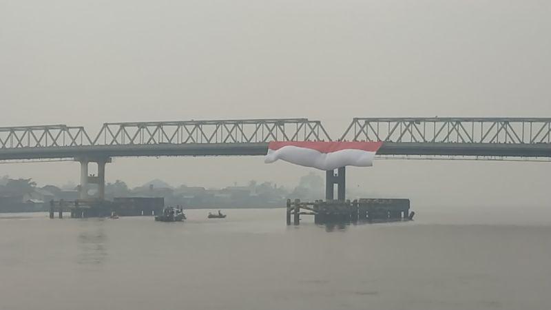 https: img.okezone.com content 2019 08 17 340 2093141 hut-ke-74-ri-bendera-merah-putih-raksasa-berkibar-di-atas-sungai-terpanjang-di-indonesia-Utpnh976FV.jpg