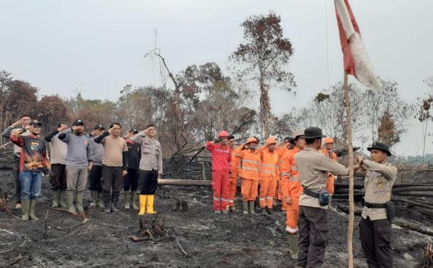 https: img.okezone.com content 2019 08 17 340 2093223 satgas-karhutla-gelar-upacara-hut-ke-74-ri-di-habitat-gajah-sumatera-yang-terbakar-HA0dsgrkvQ.JPG