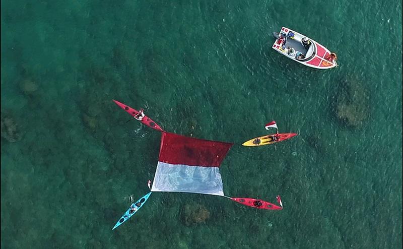 https: img.okezone.com content 2019 08 18 406 2093388 uniknya-pengibaran-merah-putih-di-darat-laut-dan-udara-di-tanjung-lesung-V7XIXlETNM.jpg
