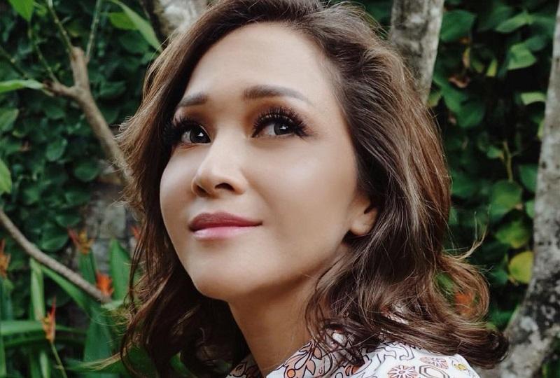 https: img.okezone.com content 2019 08 19 194 2093770 seksinya-maia-estianty-pakai-gaun-hitam-transparan-netizen-auto-protes-JPQon6RRHj.jpg