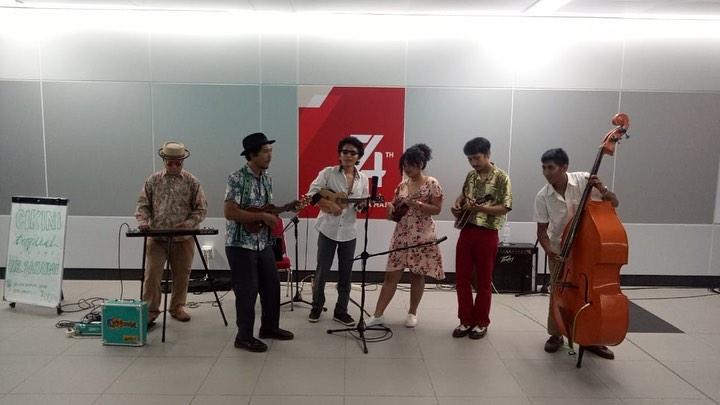 https: img.okezone.com content 2019 08 19 205 2093655 rayakan-kemerdekaan-cikini-tropical-sound-hibur-pengguna-mrt-CubfHJJbfb.jpg