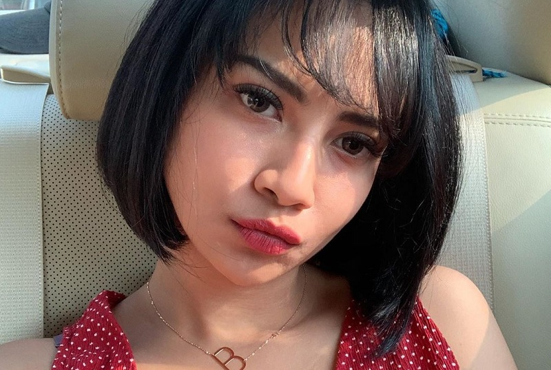 https: img.okezone.com content 2019 08 19 33 2093990 dihujat-netizen-karena-belahan-dada-vanessa-angel-aku-limited-edition-u3DvndwCSV.jpg