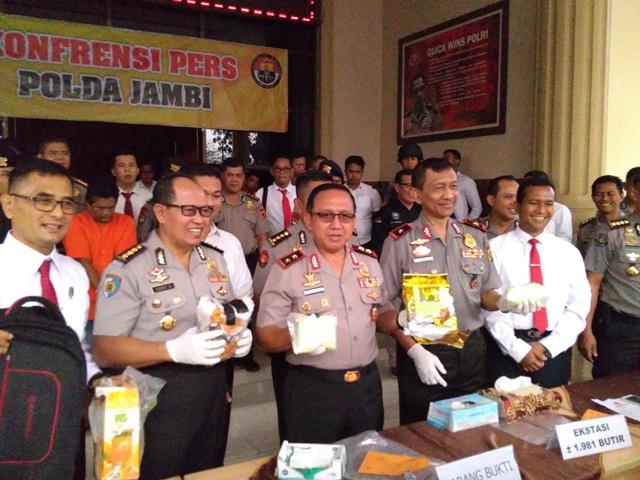 https: img.okezone.com content 2019 08 19 340 2093726 polisi-gagalkan-penyelundupan-sabu-dan-ribuan-ekstasi-asal-malaysia-sMvMXMAb4n.jpg
