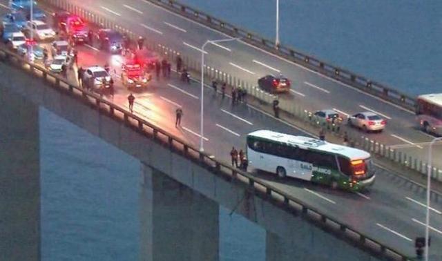 https: img.okezone.com content 2019 08 20 18 2094456 pria-bersenjata-bajak-bus-penuh-penumpang-di-brasil-iYienPsGYQ.jpg