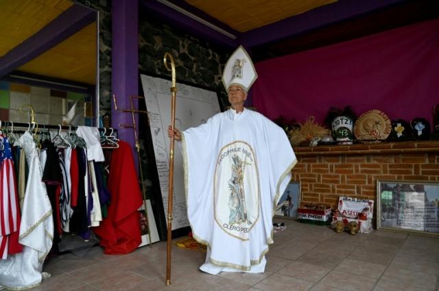 https: img.okezone.com content 2019 08 20 18 2094519 julia-klug-aktivis-nyentrik-asal-meksiko-pakai-kostum-pastur-hingga-donald-trump-qqLJc0Iibh.jpg