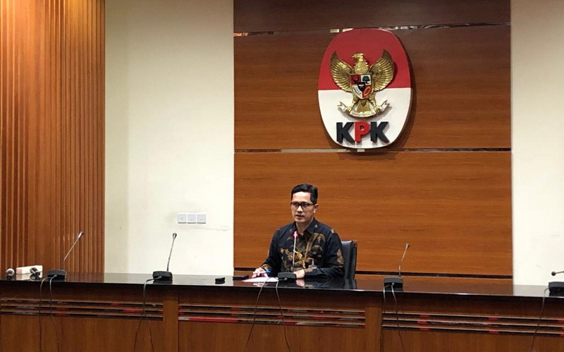 https: img.okezone.com content 2019 08 20 337 2094265 ajudan-mantan-gubernur-jatim-diperiksa-kpk-untuk-penyidikan-ketua-dprd-tulungagung-ZbuiG0pKwA.jpg