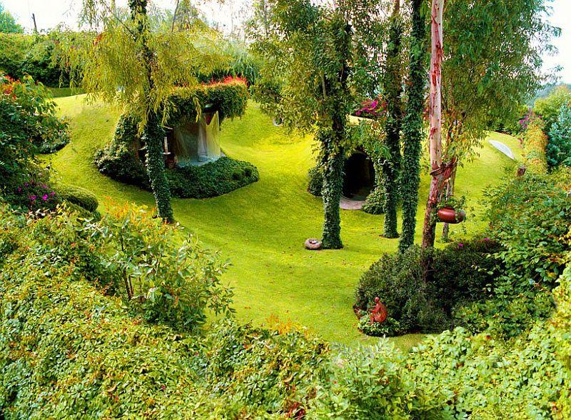 https: img.okezone.com content 2019 08 20 470 2094379 di-dalam-bukit-hijau-itu-ternyata-rumah-organik-mirip-markas-teletubbies-YM84q6tCRd.jpg