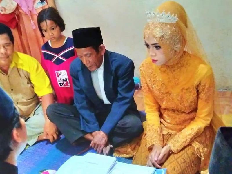 https: img.okezone.com content 2019 08 20 512 2094498 viral-pernikahan-beda-usia-56-tahun-netizen-apalah-daya-yang-masih-muda-ini-f8m5grPHdL.jpg