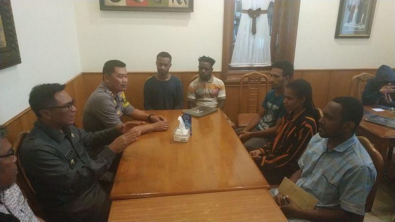 https: img.okezone.com content 2019 08 20 519 2094257 bertemu-wakil-wali-kota-malang-mahasiswa-papua-kami-nyaman-dan-aman-di-sini-LMqO7g8DzR.jpg
