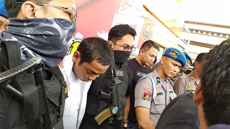 https: img.okezone.com content 2019 08 20 609 2094417 anggota-dprd-makassar-terpilih-ditangkap-polisi-karena-komsumsi-sabu-tvx9WJYnNb.jpg
