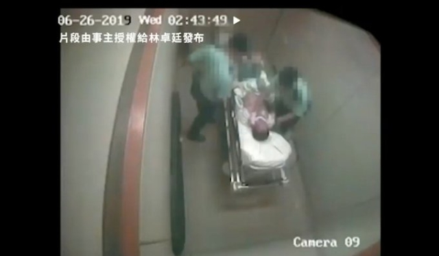 https: img.okezone.com content 2019 08 21 18 2094738 dua-polisi-hong-kong-terekam-kamera-pukuli-seorang-tersangka-di-rumah-sakit-aHZYvdt3xq.jpg