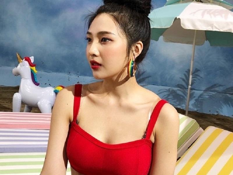 https: img.okezone.com content 2019 08 21 194 2094962 intip-seksinya-joy-red-velvet-pakai-bikini-merah-iMiXeS7kHK.jpg